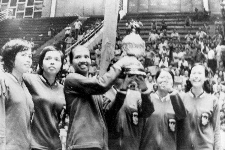 Para srikandi kita (Minarni cs) yang telah berhasil merebut Piala Uber dari tangan Jepang pada 6 Juni 1975, dan ini untuk pertama kali kita memboyongnya, diabadikan bersama di Istora Senayan 1975.