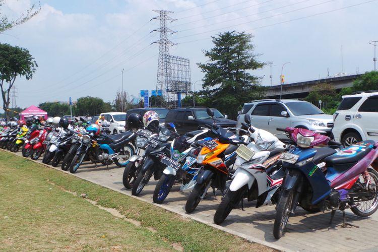Parkir sepeda motor di Jalan Kepanduan II, Kalijodo, Jakarta Barat, Senin (24/4/2017).