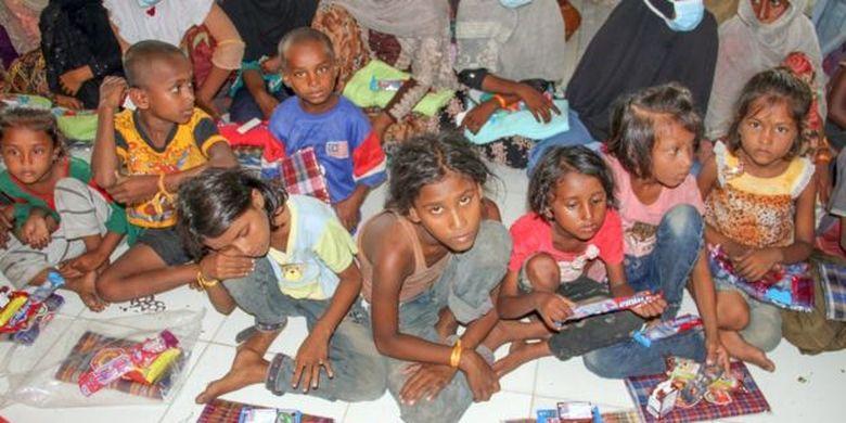 Sejumlah etnis Rohingya menunggu di ruangan setelah menjalani pemeriksaan kesehatan dan identifikasi di tempat penampungan sementara di bekas kantor Imigrasi Punteuet, Blang Mangat, Lhokseumawe, Aceh, Jumat (26/06).