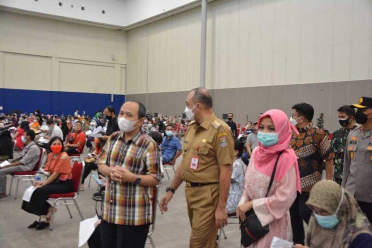 Bupati Tangerang Ahmed Zaki Iskandar saat meninjau pelaksanaan vaksin masal di ICE BSD Tangerang, Selasa (8/6/2021).