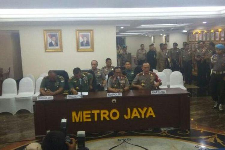 Panglima Kodam Jaya Mayjen Teddy Lhaksmana, Panglima TNI Jenderal Gatot Nurmantyo, Kapolri Jenderal Tito Karnavian, Kapolda Metro Jaya Mochamad Iriawan (dari kiri ke kanan) dalam konferensi pers terkait aksi 112 di Mapolda Metro Jaya, Jumat (10/2/2017).