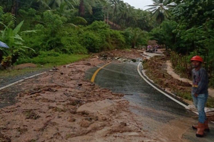Akses jalan trans Sulawesi putus akibat banjir bandang dan longsor