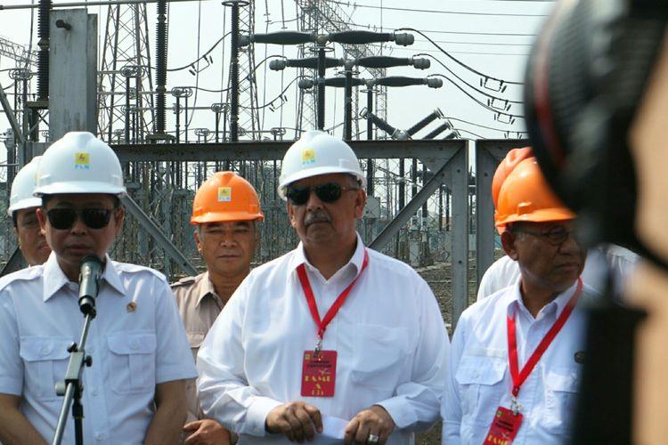 Menteri Energi dan Sumber Daya Mineral (ESDM), Ignasius Jonan (kiri) bersama Dirut PLN Sofyan Basir (tengah) mengunjungi Pusat Pengatur Beban Jawa-Bali (P2B JB) Gandul, Depok, Jawa Barat, Kamis (15/6/2017).