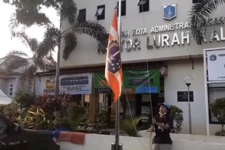 Bendera Persija Jakarta dikibarkan di sejumlah kantor kelurahan di Jakarta Selatan pada Minggu (25/4/2021) sore.