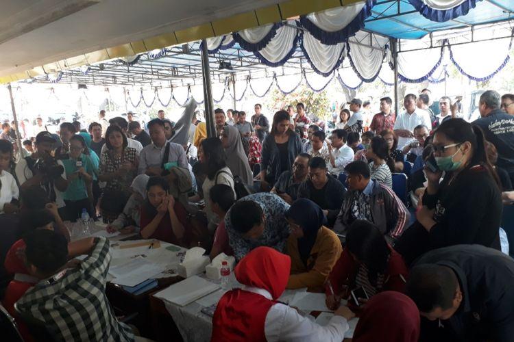 Tampak keluarga korban penuhi posko evakuasi korban jatuhnya Lion air JT 610 di Bandara Halim Perdanakusuma, Jakarta Timur, Senin (29/10/2018).