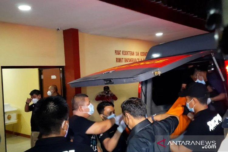 Jenazah terduga teroris penyerang Mabes Polri tiba di RS Polri Kramat Jati, Jakarta Timur, Rabu (31/3/2021)