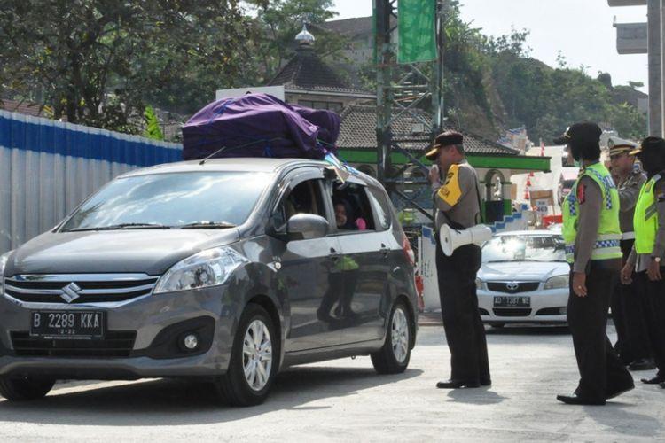 Kapolda Jateng Irjen Pol Condro Kirono ikut mengatur lalu lintas di tanjakan jembatan Kenteng ruas Jalan penghargaan di Jembatan Kali Kenteng, Senin (11/6/2018).