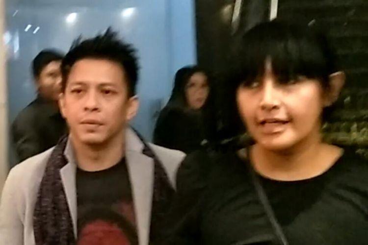 Vokalis Ariel NOAH bersama teman wanitanya usai menyaksikan konser Marcell Tujuhbelas di Balai Sarbini, Semanggi, Jakarta Pusat, Jumat (18/10/2019).