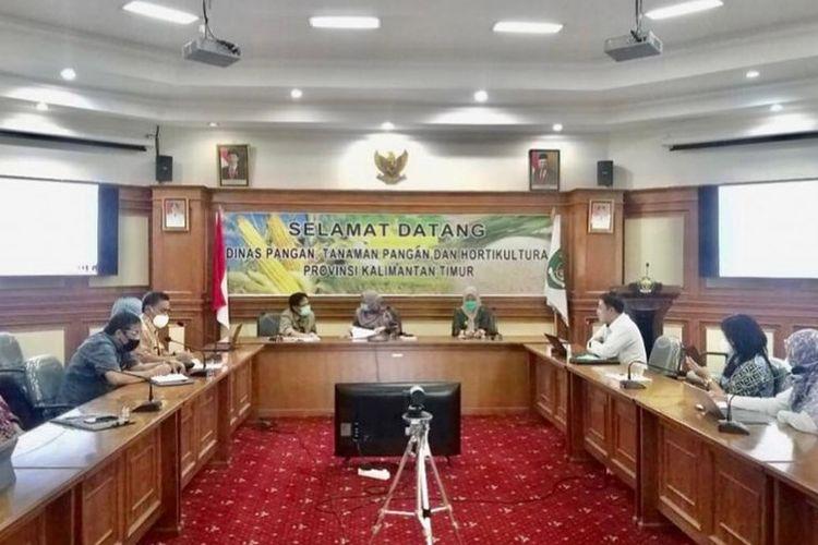 Suasana rapat koordinasi antara Pusat Penelitian Pengambangan Tanaman Pangan (Puslitbang TP) dengan Dinas Pangan, Tanaman Pangan dan Hortikultura Kaltim membahas food estate di Samarinda, Jumat (30/4/2021).