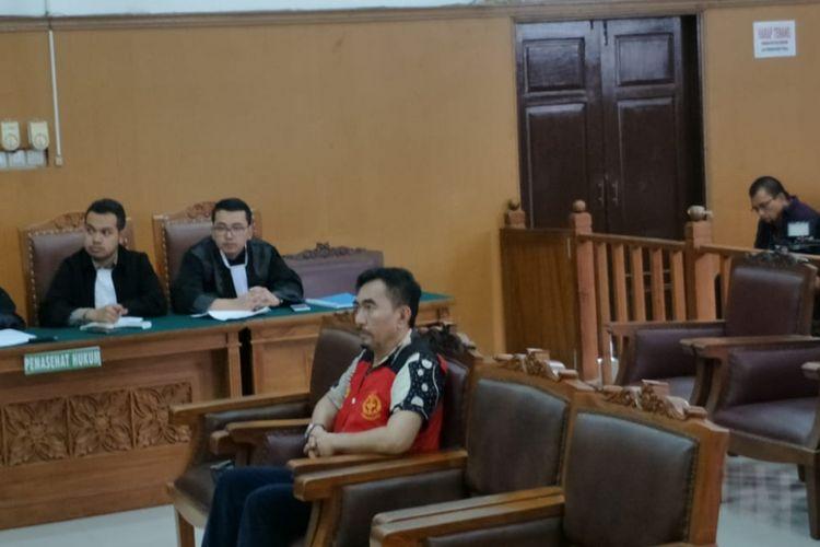 Terdakwa Gatot Brajamusti alias Aa Gatot saat menjalani sidang tuntutan kasus kepemilikan senjata api dan satwa langka di Pengadilan Negeri Jakarta Selatan, Selasa (3/4/2018).