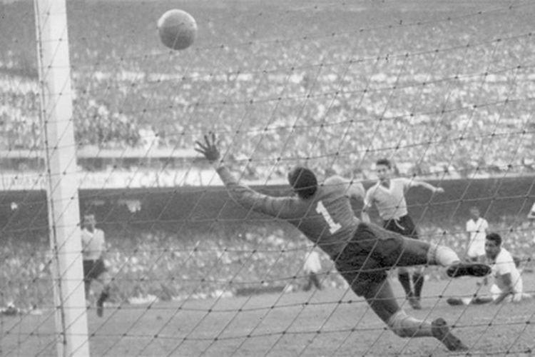 Moacir Barbosa, kiper timnas Brasil di Piala Dunia 1950 yang dikucilkan negara, karena dianggap kambing hitam kekalahan di final melawan Uruguay di Stadion Maracana.
