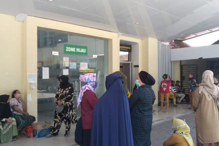 Keluarga korban penembakan di Jalan Barukang Makassar saat mendatangi Rumah Sakit Bhayangkara Makassar, Minggu (30/8/2020).