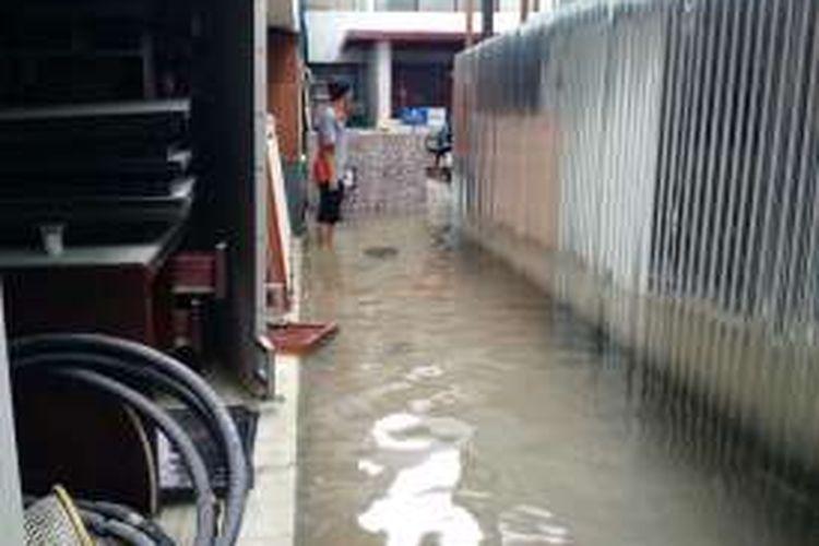 Geangan yang muncul di Blok B Balai Kota DKI Jakarta pasca hujan yang mengguyur kawasan tersebut, Senin (19/9/2016) siang.