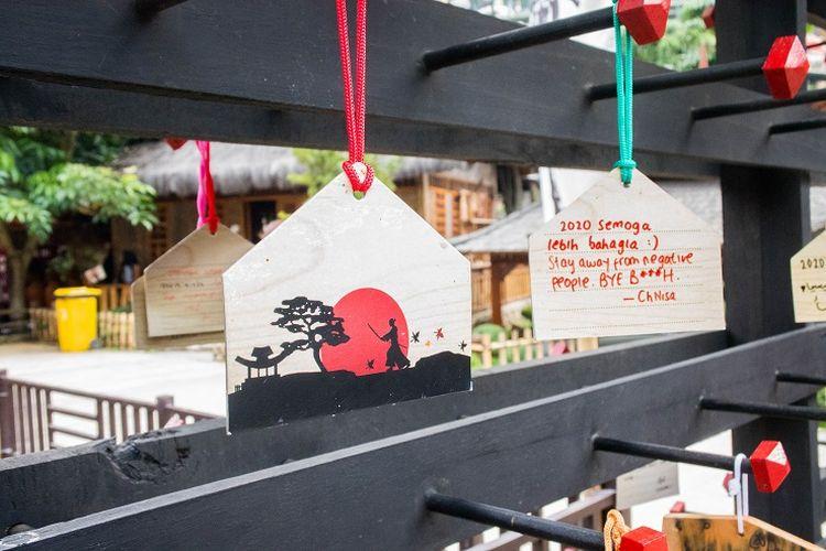 Replika plakat Ema yang terkenal digunakan oleh orang beragama Buddha dan Shinto di Jepang. Biasanya, plakat terbuat dari potongan kayu. Akan tetapi plakat Ema yang ada di Great Asia Afrika terbuat dari kertas, Bandung, Jumat (17/1/2020).