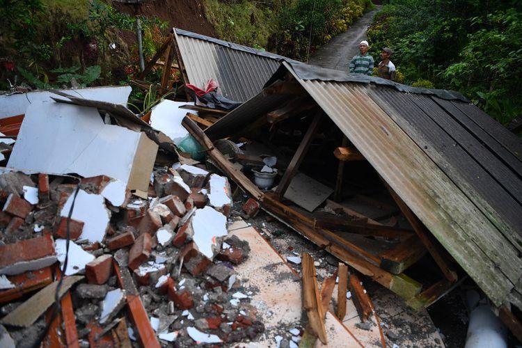 Warga melihat kondisi rumahnya yang rubuh akibat gempa di Desa Kali Uling, Lumajang, Jawa Timur, Minggu (11/4/2021). Sekitar ratusan rumah warga di wilayah itu rusak akibat gempa bermagnitudo 6,1 SR yang terjadi di Kabupaten Malang pada Sabtu (10/4). ANTARA FOTO/Zabur Karuru/rwa.