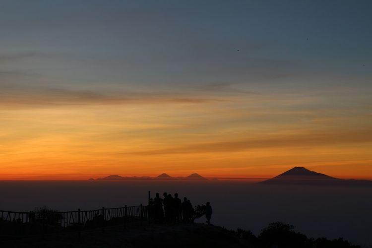 Pendaki menikmati momen matahari terbit di puncak Gunung Ciremai, Jawa Barat. Gunung Ciremai merupakan gunung tertinggi di Jawa Barat yang memiliki ketinggian 3.078 meter di atas permukaan laut (mdpl).