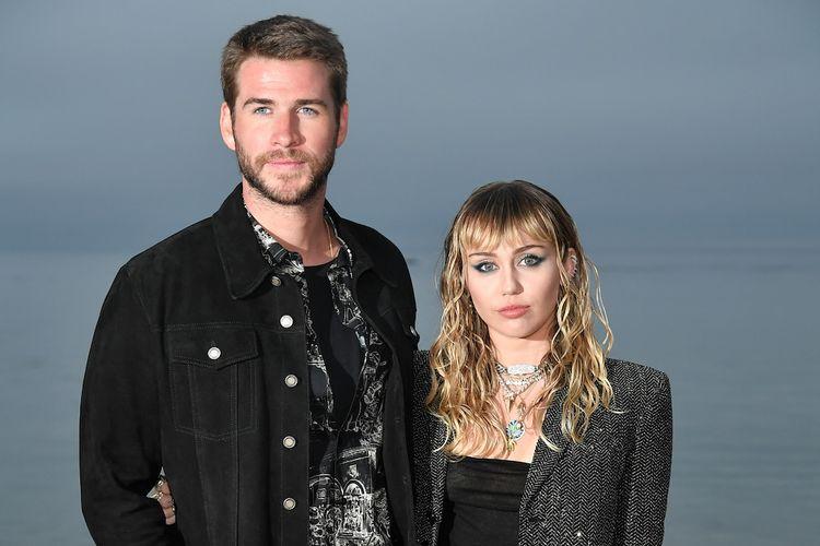 Pasangan Liam Hemsworth dan Miley Cyrus menghadiri peragaan busana Saint Laurent Mens Spring Summer 20 di Malibu, California, pada 6 Juni 2019.