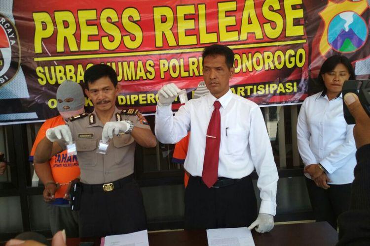 Kasubag Humas Polres Ponorogo, AKP Sudarmanto menunjukkan barang bukti dan tersangka kasus penjualan narkoba jenis sabu-sabu di Mapolres Ponorogo.