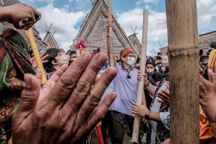 Menparekraf Sandiaga Uno saat berkunjung ke Desa Wisata Maria di Kecamatan Wawo, Kabupaten Bima, Nusa Tenggara Barat.