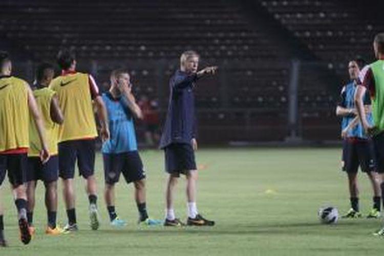Manajer Arsenal, Arsene Wenger (tengah), saat memimpin timnya berlatih di Stadion Utama Gelora Bung Karno, Jakarta, Sabtu (13/7/2013), dalam persiapan menghadapi Indonesia Dream Team, Minggu (14/7/2013).