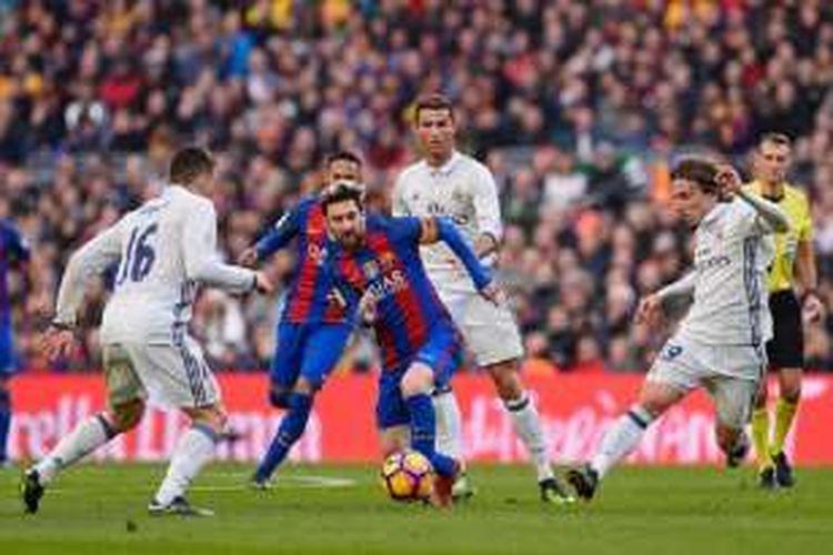 Penyerang Barcelona, Lionel Messi, mendapatkan pengawalan dari para pemain Real Madrid seperti Cristiano Ronaldo dan Luka Modric pada El Clasico di Camp Nou, Sabtu (3/12/2016).
