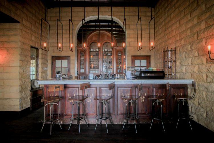Suasana Bar di Goodfelas Semarang yang bernuansa bangunan Belanda