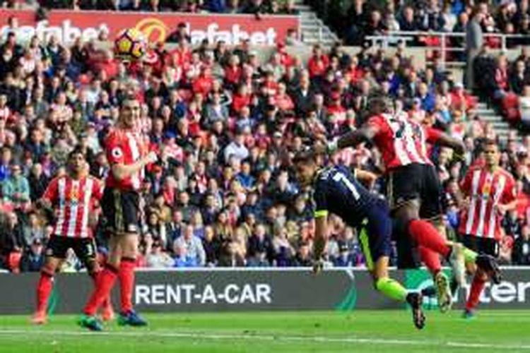 Penyerang Arsenal, Alexis Sanchez (3 dari kanan), menyundul bola masuk ke gawang Sunderland saat kedua tim bertandingan pada pertandingan lanjutan Premier League di Stadium of Light in Sunderland, Sabtu (29/10/2016).