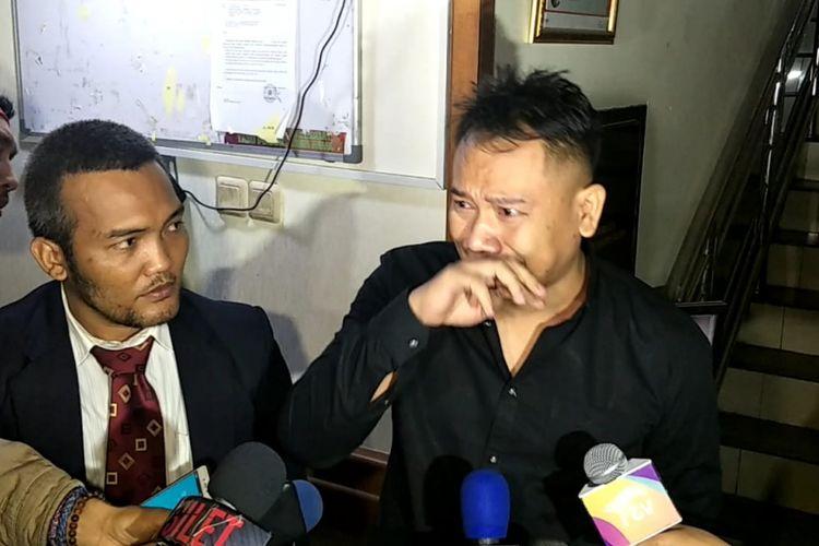 Vicky Prasetyo menangis saat hendak melayangkan permohonan ceraibatas Angek Lelga di Pengadilan Agama Jakarta Selatan, Kamis (20/9/2018).
