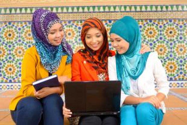 Teknis pelaksanaan kuliah online dilakukan dengan menyediakan materi perkuliahan dengan cara diunggah ke dalam satu website. Di situs itu semua mahasiswa berhak mengunduh materi bahan kuliah.