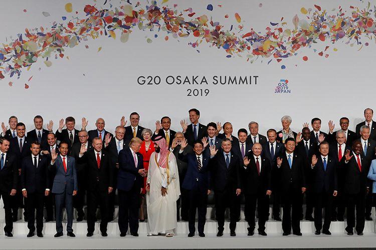 Presiden Joko Widodo (depan, tiga kiri) melambaikan tangan saat berfoto bersama para pemimpin negara-negara peserta KTT G20 di Osaka Jepang, Jumat (28/06/2019). Presiden Joko Widodo didampingi Ibu Negara Iriana mengikuti serangkaian acara KTT G20 dan pertemuan bilateral dengan sejumlah pemimpin negara sahabat pada 28-29 Juni di Osaka.