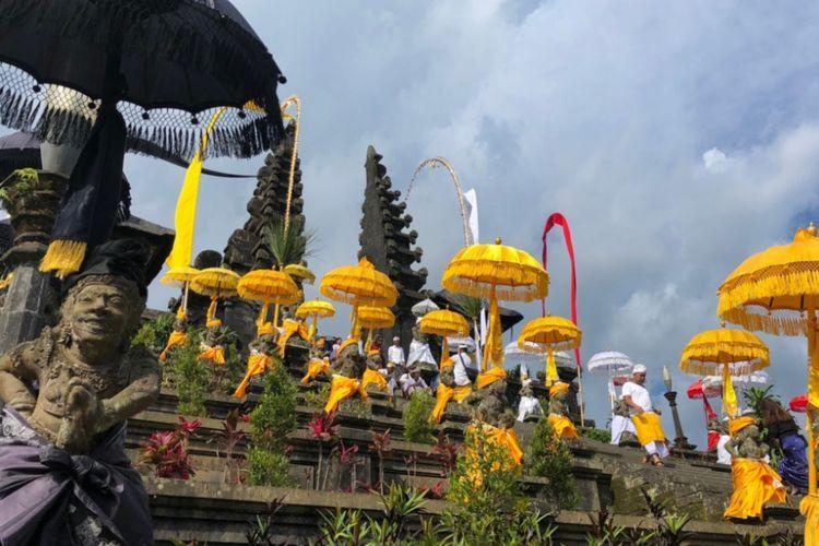 Pura Besakih, sebuah komplekpura yang terletak di Desa Besakih,Kecamatan Rendang,Kabupaten Karangasem,Bali yang menjadi pusat seluruh kegiatan pura di Bali.