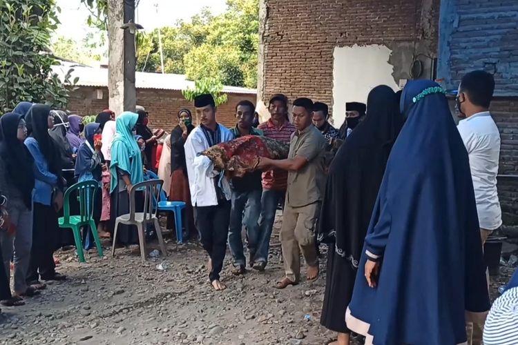 Jenazah MI (16) siswi kelas dua SMA di Kabupaten Gowa, Sulawesi Selatan dibawa ke pemakaman. MI tewas usai merekam dirinya menenggak racun serangga lantaran depresi dengan tugas daring yang menumpuk. Sabtu, (20/10/2020).