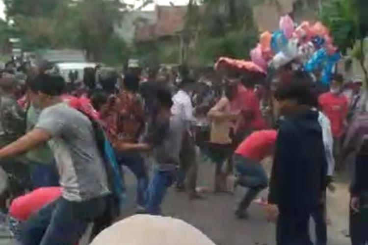 Sebuah video bentrok massa saat pelaksanaan Pilkades di salah satu desa di wilayah Kabupaten Pati, Jawa Tengah viral di jagat maya. Untuk diketahui, sebanyak 215 desa di Kabupaten Pati tercatat menggelar Pilkades serentak pada Sabtu (10/4/2021).