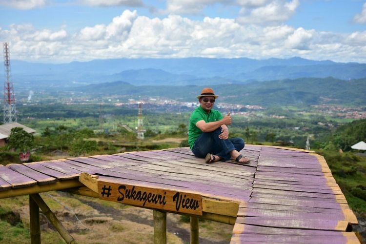 Kandidat gubernur Jawa Barat Ridwan Kamil saat mengunjungi salah satu wisata alam di Kuningan beberapa waktu lalu.