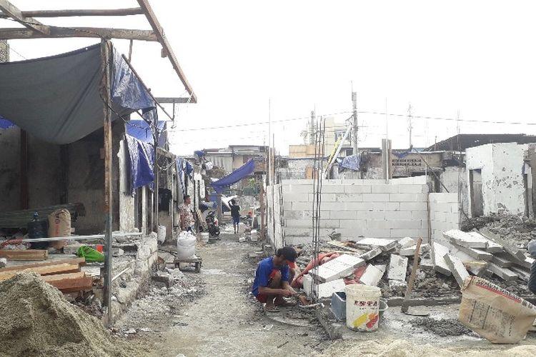 Warga korban kebakaran Jalan Perumahan Taman Kota, Kembangan Utara, Kembangan, Jakarta Barat sudah mulai kembali membangun rumah mereka pada Selasa (17/4/2018)