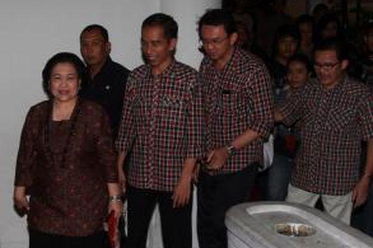 Mantan Presiden RI yang juga Ketua Umum DPP PDIP Megawati Soekarnoputri (kiri depan) berjalan bersama Joko Widodo (kedua kiri) dan Basuki Tjahaja Purnama (Ahok) beberapa waktu lalu.