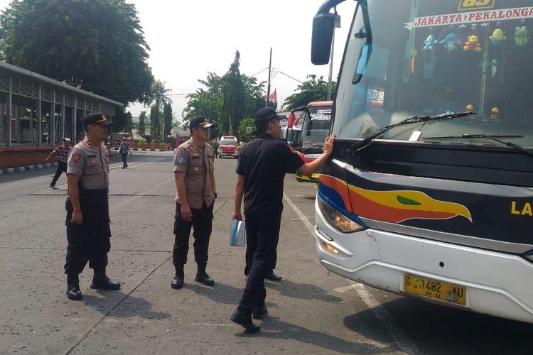 Pengecekan pos pelayanan dan kesiapan armada bus di Terminal Kalideres, Jakarta Barat, Jumat (20/12/2019)