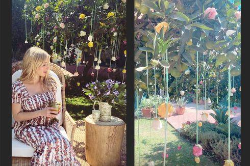 Emma Roberts Tampil Anggun dengan Gaun Floral Tory Burch