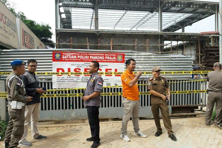 Satuan Polisi Pamong Praja (Satpol PP) membongkar bangunan tak berizin yang berada kawasan BSD Serpong, Tangerang Selatan, Kamis (16/1/2020).