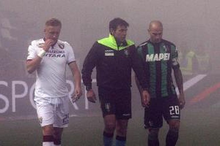 Wasit serta kapten Sassuolo dan Torino sepakat menunda laga di Stadion Mapei, Sabtu (12/12/2015), karena kabut tebal.