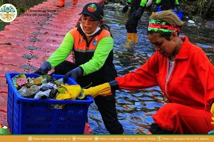 Mengenakan seragam pasukan oranye, artis peran Nikita Mirzani turun ke Kali Grogol dan ikut mengangkat sampah.