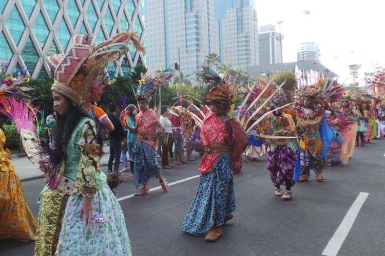 Acara Jakarnaval dimeriahkan berbagai pertunjukan seni dan parade pameran mobil hias. Acara dilangsungkan mulai kawasan Monas hingga Bundaran HI. Minggu (22/6/2014).