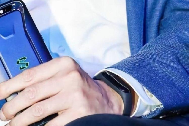 CEO Xiaomi Lei Jun tak sengaja perlihatkan gelang pintar yang diduga adalah Mi Band 3 saat peluncuran ponsel gaming Xiaomi Black Shark