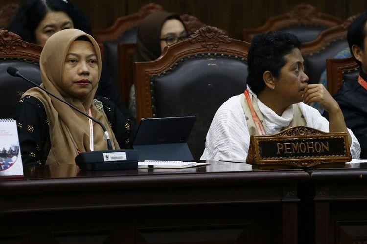Direktur Eksekutif Perludem Titi Anggraini (kiri) bersama Sekjen Koalisi Perempuan Indonesia (KPI) Dian Kartikasari menghadiri sidang putusan Perkara Nomor 75/PUU-XVII/20 sebagai pemohon di Gedung Mahkamah Konstitusi, Jakarta, Rabu (29/1/2020). Majelis Hakim Konstitusi dalam putusannya menolak permohonan pemohon untuk seluruhnya dalam perkara Pengujian Undang-Undang Nomor 8 Tahun 2015 tentang perubahan atas Undang-Undang Nomor 1 Tahun 2014 tentang penetapan peraturan pemerintah pengganti Undang-Undang Nomor 1 Tahun 2014 tentang pemilihan Gubernur, Walikota, dan Bupati menjadi Undang-Undang terhadap UUD 1945. ANTARA FOTO/Rivan Awal Lingga/pd