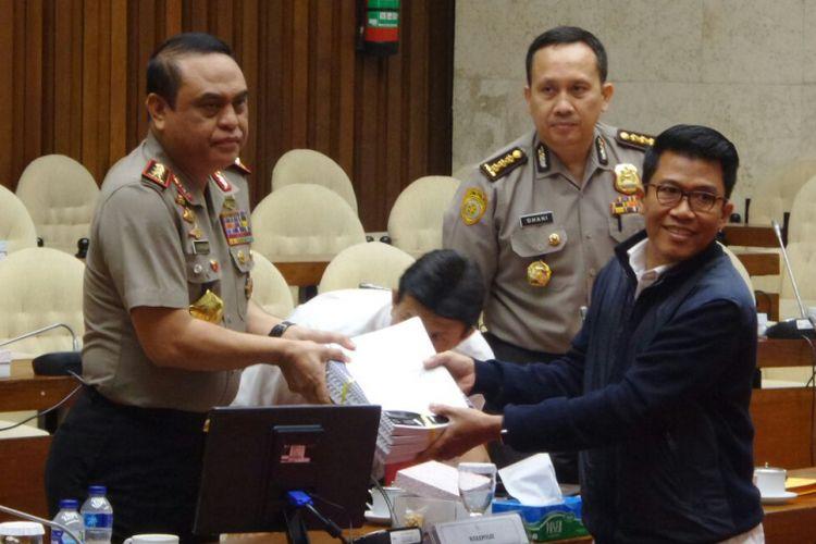 Wakapolri Komjen Pol Syafruddin bersama anggota pansus hak angket KPK Mukhamad Misbakhun di Kompleks Parlemen, Senayan, Jakarta, Rabu (19/7:2017).