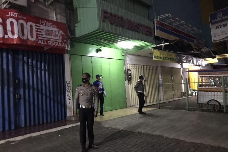 Direktur Lalu Lintas (Dirlantas) Polda Metro Jaya, Kombes Pol Sambodo Purnomo Yogo bersama tim penyidik Direktorat Lalu Lintas Polda Metro Jaya berkeliling untuk mencari kamera CCTV di sekitar lokasi kecelakaan yang melibatkan anggota Polri di Jalan Raya Ragunan, Pasar Minggu, Jakarta Selatan pada Jumat (25/12/2020) malam.