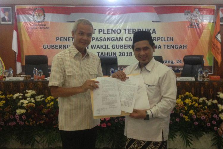 Ganjar Pranowo dan Taj Yasin memang surat keputusan dari KPU Jawa Tengah seusai sidang pleno penetapan pasangan calon terpilih, Selasa (24/7/2018).