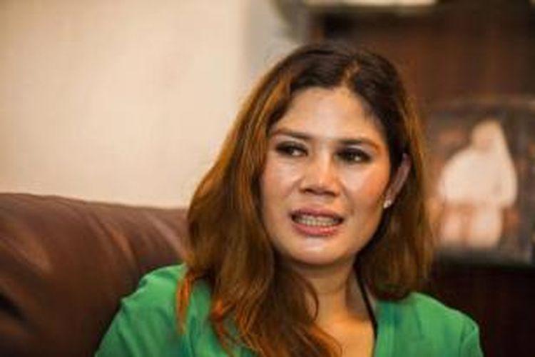 Wina Lia berbicara kepada wartawan di rumahnya di Randu Gunting Tamanmartani, Kalasan, Sleman, Yogyakarta, Rabu (11/3/2015). Rumah ini dijual dan bisa mengajak pemiliknya Wina Lia menikah.