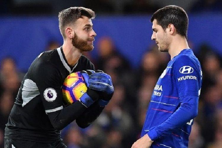 Angus Gunn berhasil mengantisipasi tembakan Alvaro Morata pada pertandingan Chelsea vs Southampton di Stadion Stamford Bridge, 2 Januari 2019.