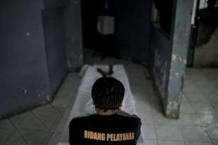 Sherman Dwi Pakuan, menkafani jenazah tanpa identitas dan tanpa keluarga di Panti Sosial Kedoya, Jakarta Barat, untuk selanjutnya dimakamkan di TPU Tegal Alur, Kalideres, Senin (29/8/2016).